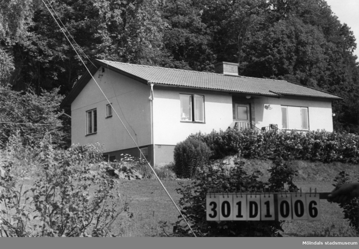 Byggnadsinventering i Lindome 1968. Inseros 1:59. Hus nr: 301D1006. Benämning: permanent bostad och redskapsbod. Kvalitet, bostadshus: mycket god. Kvalitet, redskapsbod: god. Material, bostadshus: sten, puts. Material, redskapsbod: trä. Tillfartsväg: framkomlig.