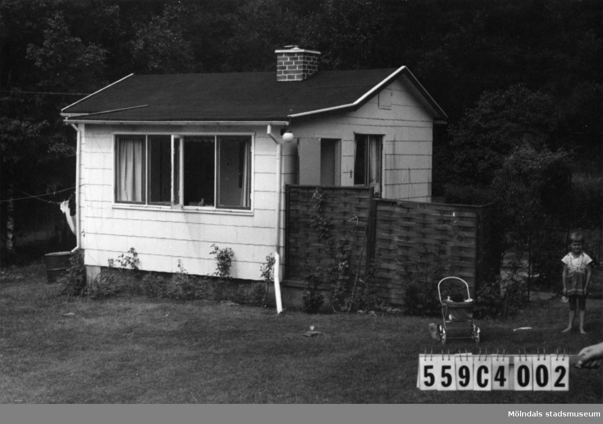 Byggnadsinventering i Lindome 1968. Gastorp 2:164. Hus nr: 559C4002. Benämning: fritidshus. Kvalitet: god. Material: eternit. Tillfartsväg: framkomlig.