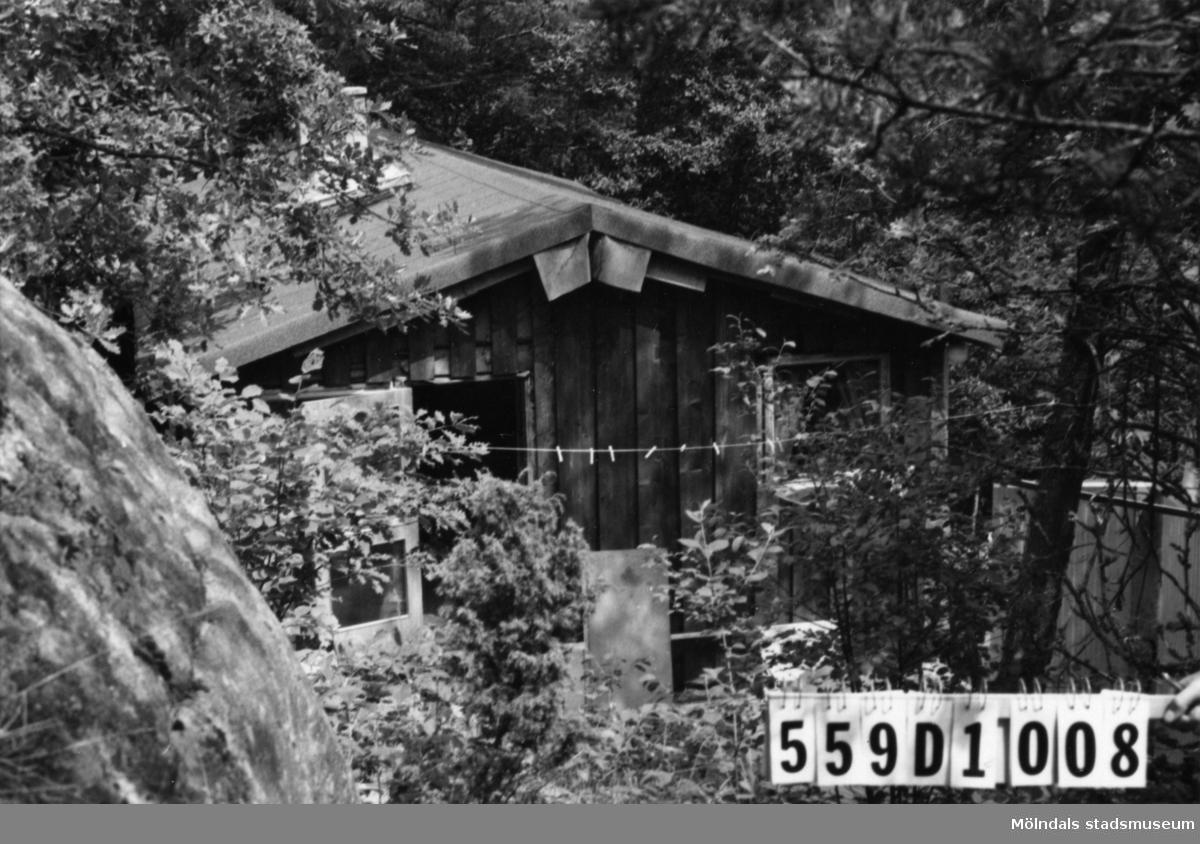 Byggnadsinventering i Lindome 1968. Ingemantorp 2:36. Hus nr: 559D1008. Benämning: fritidshus och två redskapsbodar. Kvalitet, redskapsbodar: dålig. Material: trä. Övrigt: under byggnad. Ligger skräddarsytt i terrängen. Tillfartsväg: framkomlig. Renhållning: soptömning.