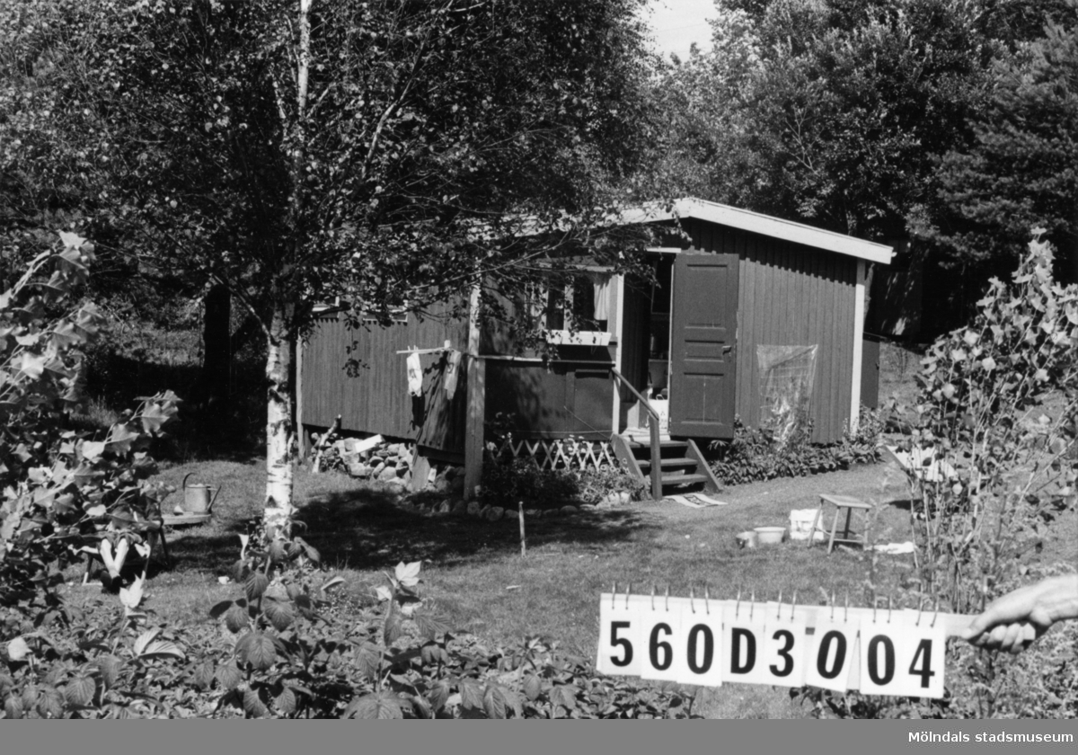 Byggnadsinventering i Lindome 1968. Gastorp 1:48. Hus nr: 560D3004. Benämning: fritidshus och redskapsbod. Kvalitet: mindre god. Material: trä. Tillfartsväg: framkomlig. Renhållning: soptömning.