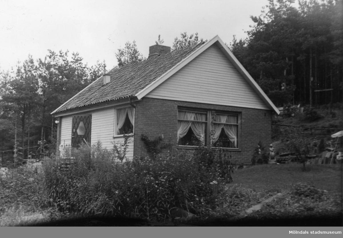 Byggnadsinventering i Lindome 1968. Gastorp 1:43. Hus nr: 560D3009. Benämning: fritidshus, hundgård och duvslag. Kvalitet: mycket god. Material: trä, tegel. Övrigt: risig tomt. Tillfartsväg: framkomlig. Renhållning: soptömning.