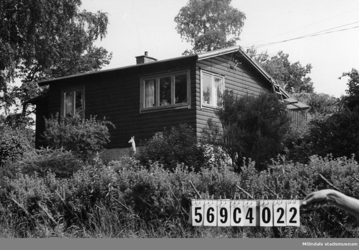 Byggnadsinventering i Lindome 1968. Gårda 2:5. Hus nr: 569C4022. Benämning: fritidshus och redskapsbod. Kvalitet: god. Material: trä. Tillfartsväg: framkomlig. Renhållning: soptömning.