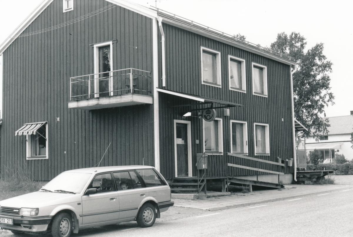 Exteriör av Postkontoret Kalix - Nyborg, kassakontor samt två statsbrevbärare, 1990.