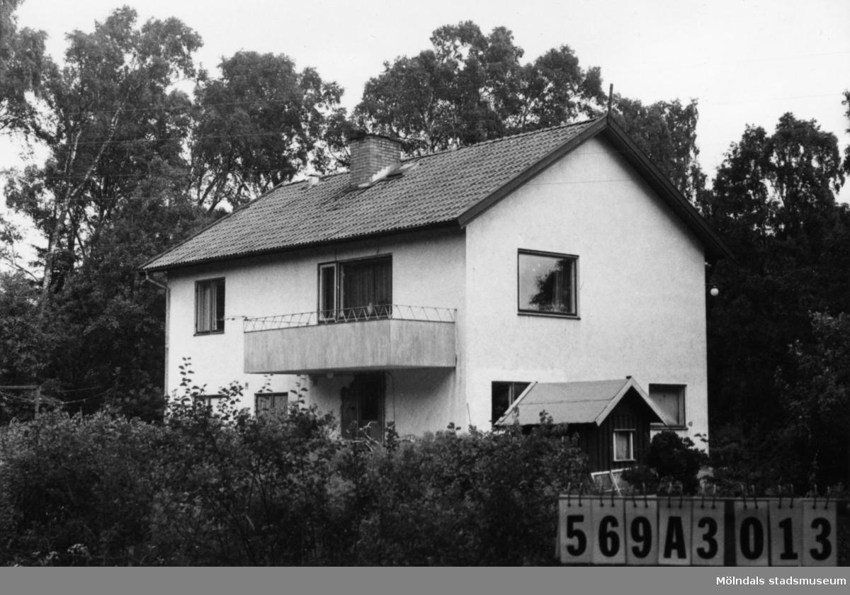 Byggnadsinventering i Lindome 1968. Skäggered 3:30. Hus nr: 569A3013. Benämning: permanent bostad. Kvalitet: mycket god. Material: sten, puts. Tillfartsväg: framkomlig. Renhållning: soptömning.
