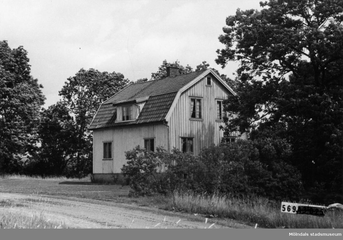 Byggnadsinventering i Lindome 1968. Skäggered 3:17. Hus nr: 569A4032. Benämning: permanent bostad, två ladugårdar och redskapsbod. Kvalitet: mindre god. Material: trä. Tillfartsväg: framkomlig. Renhållning: soptömning.
