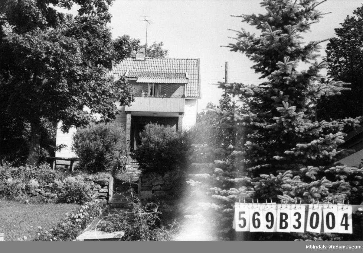 Byggnadsinventering i Lindome 1968. Fagered 1:34. Hus nr: 569B3004. Benämning: permanent bostad och garage. Kvalitet: god. Material, bostadshus: tegelpapp. Material, garage: sten. Tillfartsväg: framkomlig. Renhållning: soptömning.