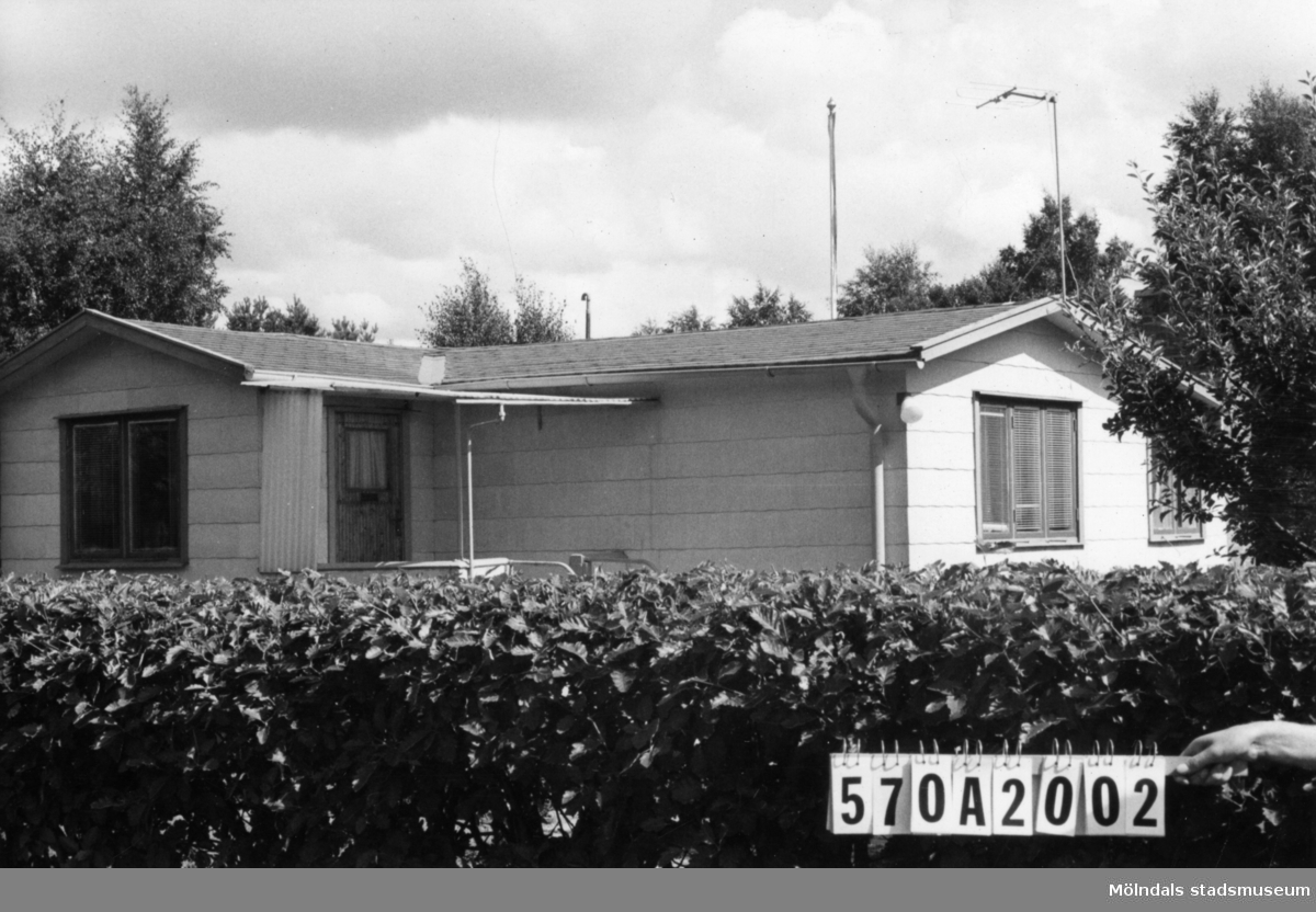 Byggnadsinventering i Lindome 1968. Annestorp 6:40. Hus nr: 570A2002. Benämning: fritidshus. Kvalitet: god. Material: eternit. Tillfartsväg: framkomlig. Renhållning: soptömning.