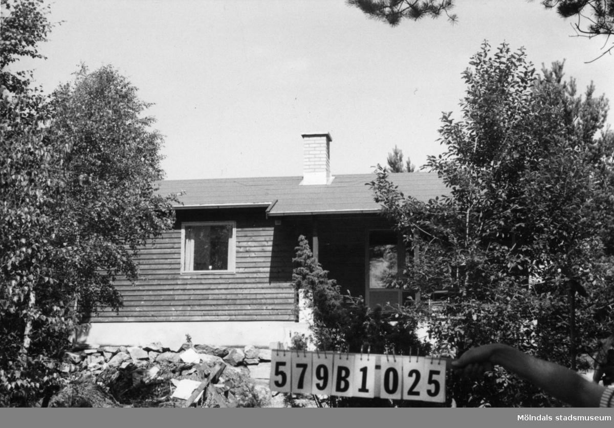 Byggnadsinventering i Lindome 1968. Lindome 3:30. Hus nr: 579B1025. Benämning: fritidshus. Kvalitet: mycket god. Material: trä. Övrigt: byggnadsplats. Tillfartsväg: framkomlig.