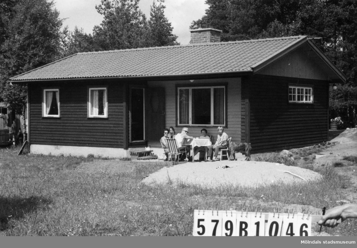 Byggnadsinventering i Lindome 1968. Lindome 6:62. Hus nr: 579B1046. Benämning: fritidshus och redskapsbod. Kvalitet, fritidshus: mycket god. Kvalitet, redskapsbod: dålig. Material: trä. Tillfartsväg: framkomlig. Renhållning: soptömning.