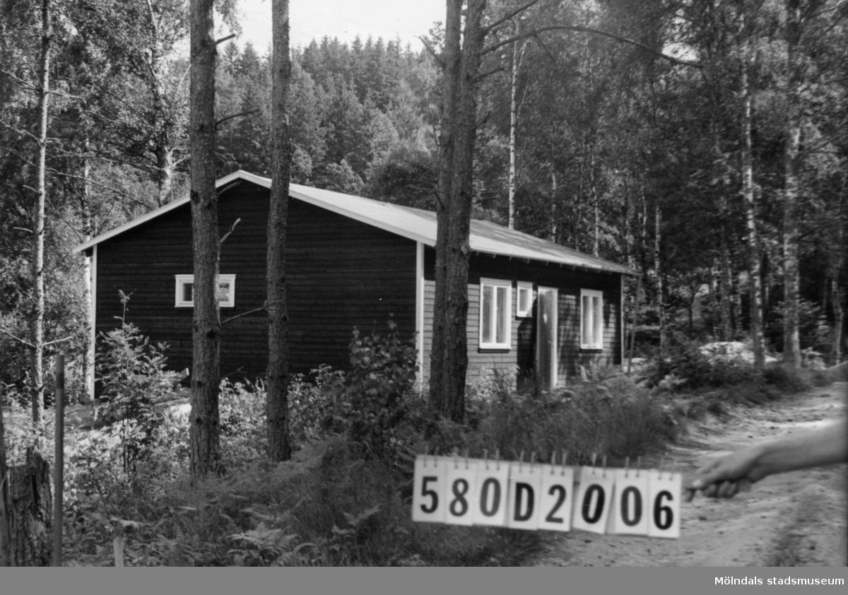 Byggnadsinventering i Lindome 1968. Hassungared 3:36. Hus nr: 580D2006. Benämning: fritidshus och redskapsbod. Kvalitet, fritidshus: mycket god. Kvalitet, redskapsbod: god. Material: trä. Tillfartsväg: framkomlig.