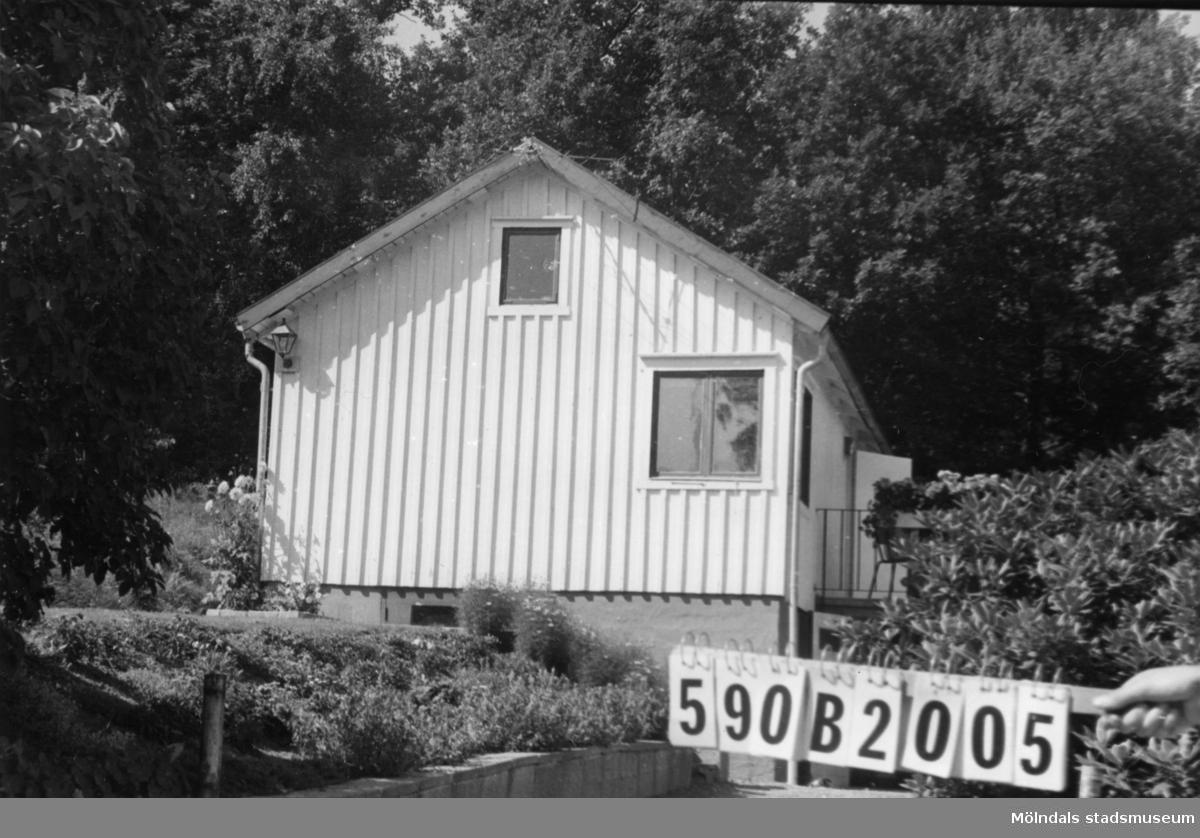 Byggnadsinventering i Lindome 1968. Hällesåker 4:37. Hus nr: 590B2005. Benämning: fritidshus. Kvalitet: god. Material: trä. Tillfartsväg: framkomlig. Renhållning: ej soptömning.