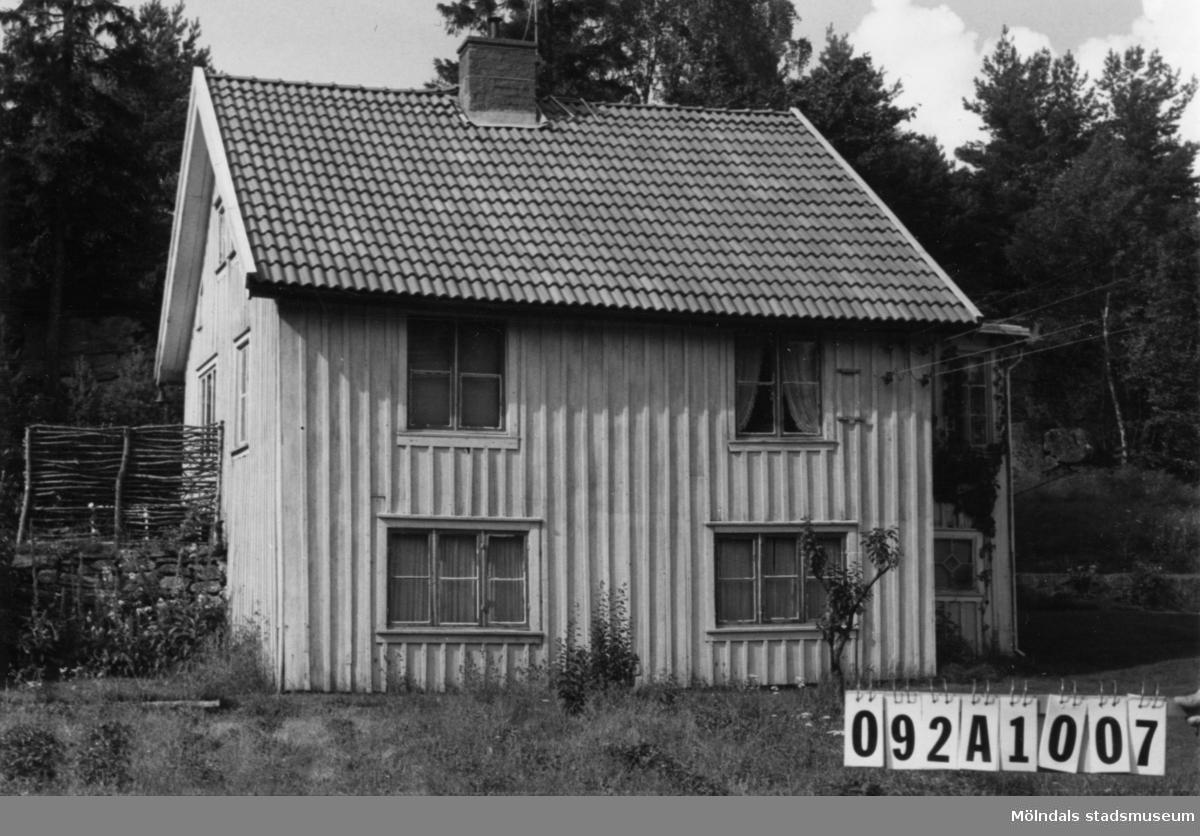 Byggnadsinventering i Lindome 1968. Granbacken 1:1. Hus nr: 092A1007. Benämning: permanent bostad, ladugård och redskapsbod. Kvalitet, ladugård: god. Kvalitet, övriga: mindre god. Material: trä. Övrigt: sommarbostad i ladugården. Tillfartsväg: framkomlig.