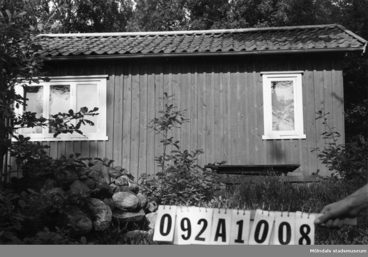 Byggnadsinventering i Lindome 1968. Greggered 1:42. Hus nr: 092A1008. Benämning: fritidshus, gäststuga och två redkapsbodar. Kvalitet, bostadshus och gäststuga: god. Kvalitet, redskapsbodar: mindre god. Material: trä. Tillfartsväg: framkomlig.