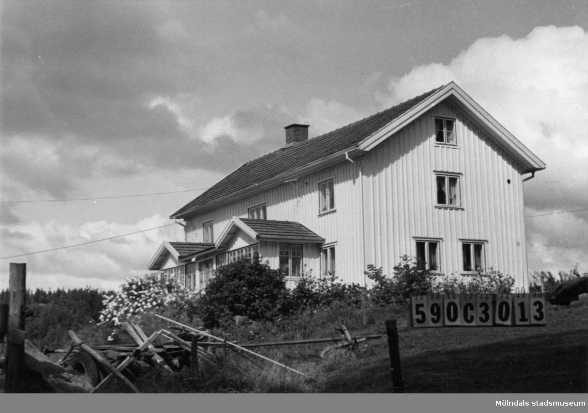 Byggnadsinventering i Lindome 1968. Torvmossared 1:4. Hus nr: 590C3013. Benämning: permanent bostad, ladugård och två redskapsbodar. Kvalitet, bostadshus: god. Kvalitet, ladugård: mindre god. Kvalitet, redskapsbodar: mindre god, dålig. Material: trä. Tillfartsväg: framkomlig.