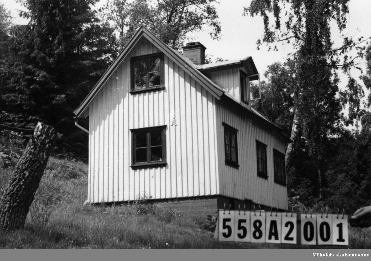 Byggnadsinventering i Lindome 1968. Kimmersbo 1:61. Hus nr: 558A2001. Benämning: fritidshus, gäststuga och redskapsbod. Kvalitet: god. Material: trä. Tillfartsväg: framkomlig.