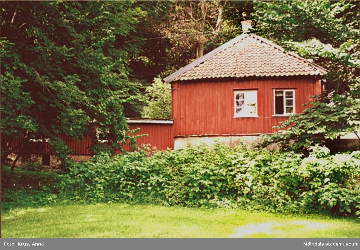 """Fässberg 1:52. """"Kaffekvarnen"""", f.d. drängstuga - sammanbyggt med uthus sett från öster. Stugdelen har utskjutande knutar. Mycket välbevarad ålderdomlig karaktär. troligen 1700-tal."""