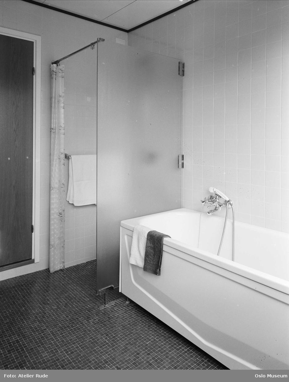 badekar med vegger bolig, interiør, baderom, badekar, hånddusj, dusjkabinett  badekar med vegger