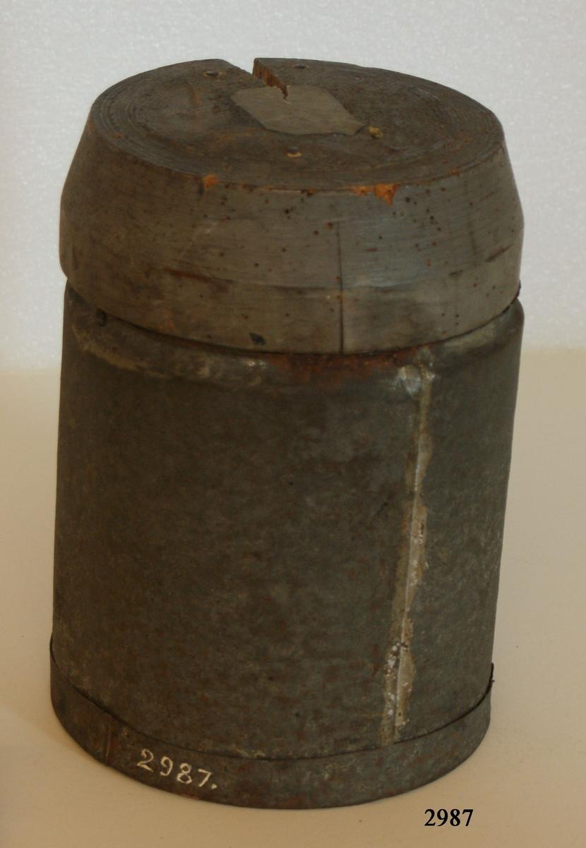 40-pundigt blyskrå, fyllt, ryskt. Skrået av trä, kulorna av bly. Troligen hemförd som krigsbyte från sjuåriga kriget 1756-63. Tillhör statens trofésamlingar.