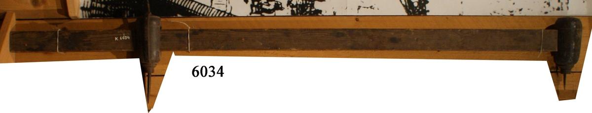 Svepet består av en rektangulär stång, vars ena ände är försedd med en fast, rund ståndare av trä med spets av järn. Till detta finns en likadan ståndare fast flyttbar.