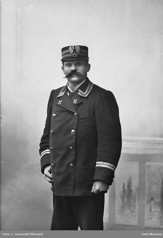 portrett, mann, portier ved Hotel Bristol, uniform, stående knefigur