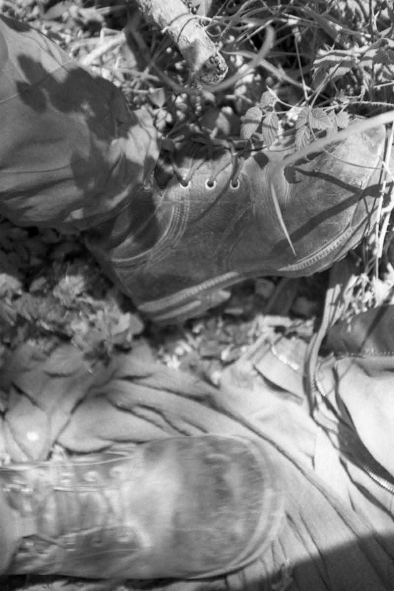 Övrigt: Fotodokumentation från tre kustjägarövningar maj 2000. Långmarsch från KA2 Rosenholm till Bredavik för 1:a kustjägarplutonen. Kustjägare Svensson vilar