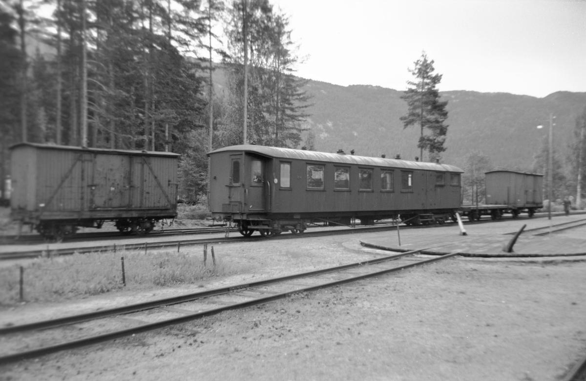 Setesdalsbanens personvogn CFo 214 på Byglandsfjord stasjon