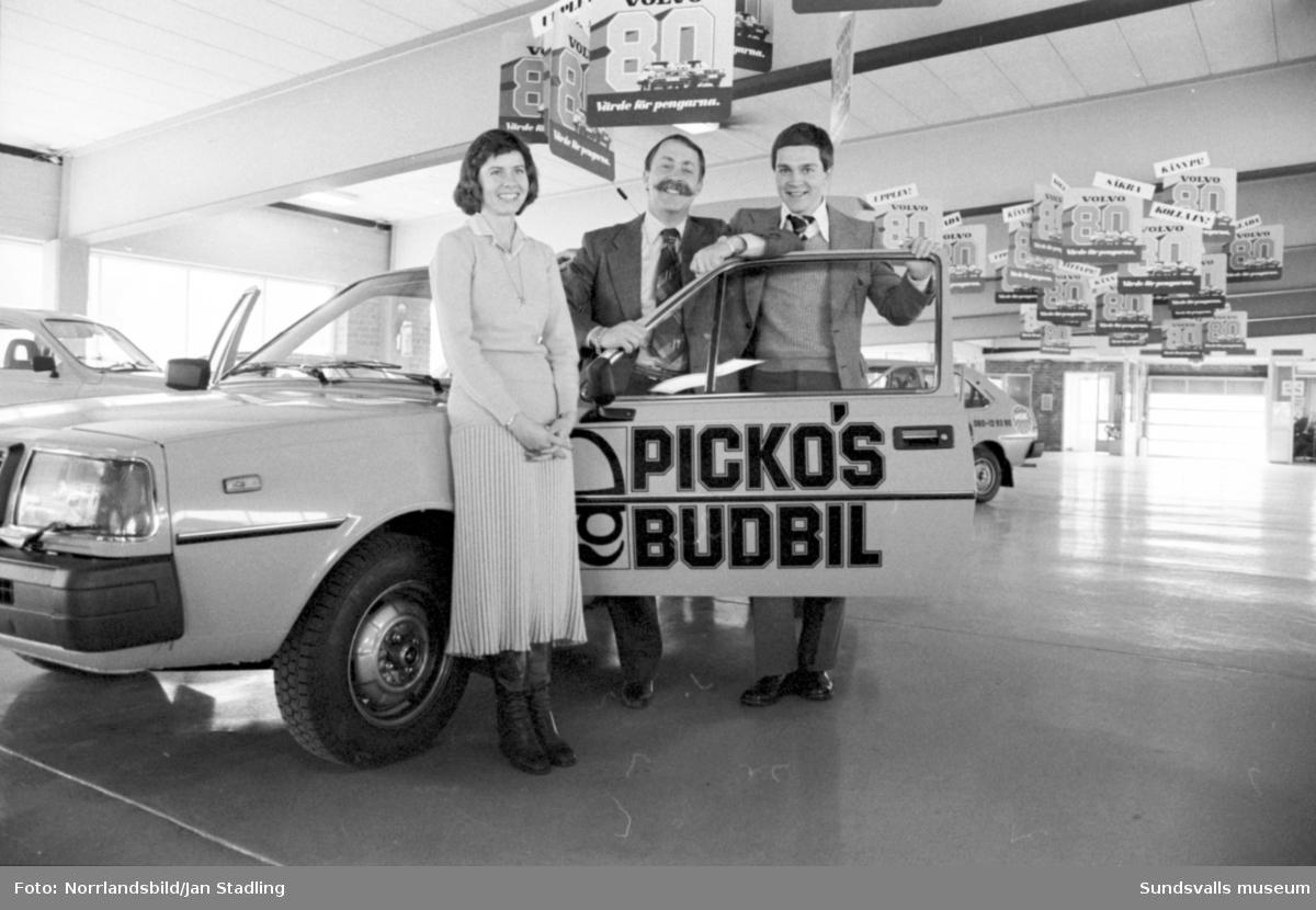 Racerföraren Picko Troberg, grundaren av Pickos budbilar. inviger på Bilbolaget, Sundsvall.