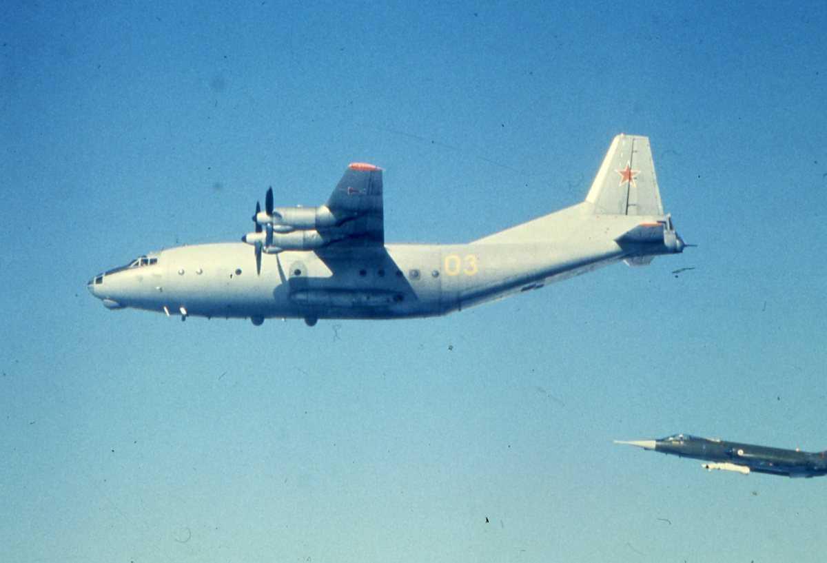 Russisk fly av typen Cub med nr. 03 og en CF-104G Starfighter i nedre høyre bildekant.
