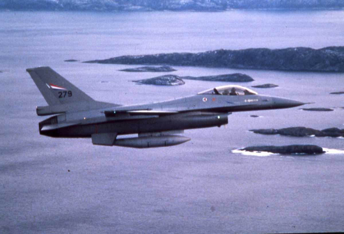 Norsk fly av typen F-16 Falcon med nr. 279.