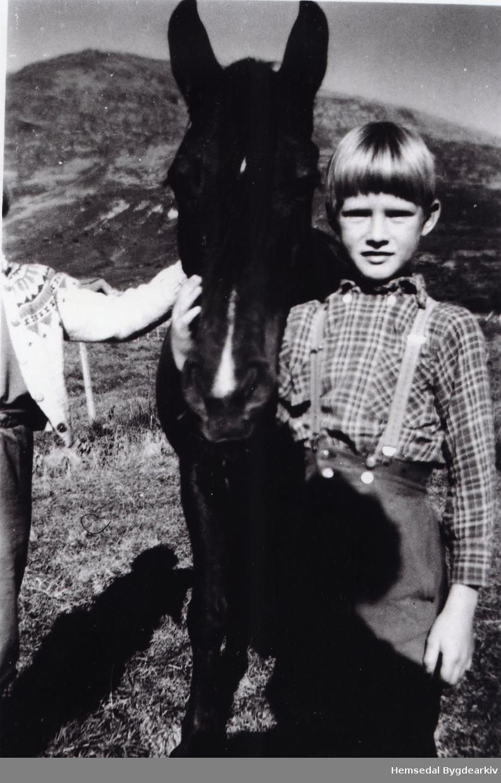 Jon Stillerud med Stella, hesten til Erik Helgesen i 1958 på Jordheimstølane.
