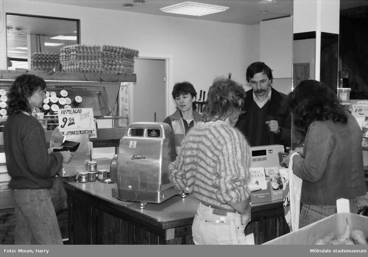 Fiskhörnan i Kållered byter ägare, år 1984.  För mer information om bilden se under tilläggsinformation.