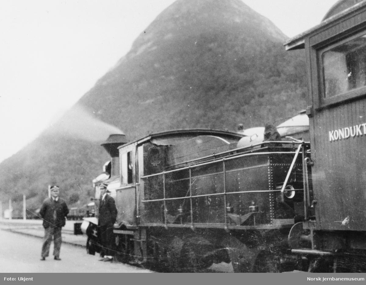 Damplokomotiv type 9 nr. 45 med småtog på Åndalsnes stasjon