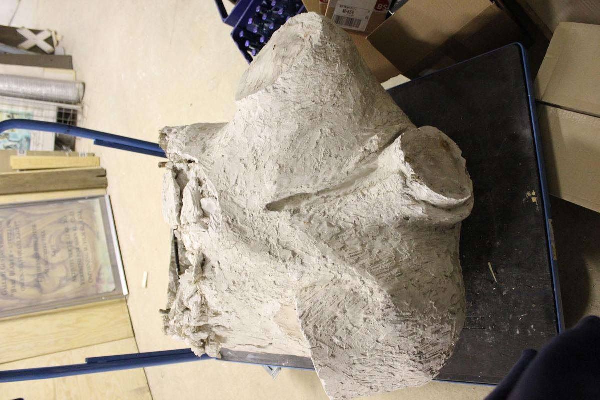 """Skulptur i gips i full størrelse av et hode. Tittel: """"BRYGGESJAUEREN"""". Skulpturen i bronse står i Drammen Se nr.276"""