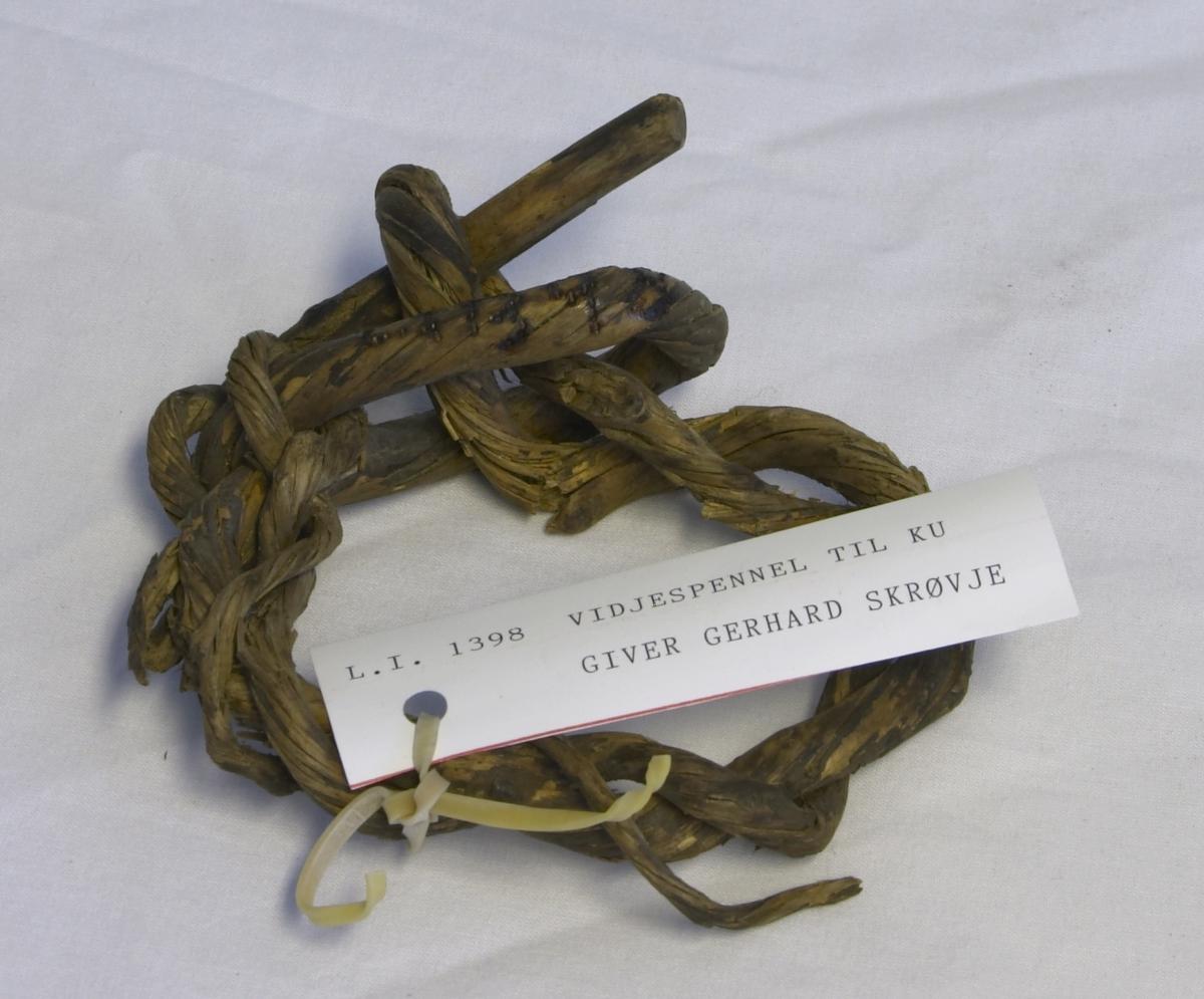 De blei brukt når kuene stod på beite i band. Laget av flettet tre, ingen farge.