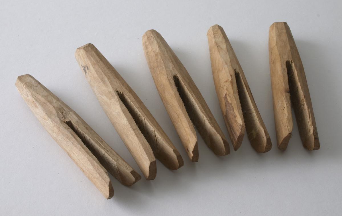 Fem treklyper laget av tre. Ingen farge.