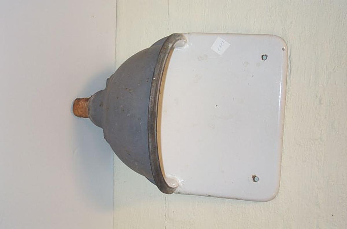 Form: Traktforma m/ ryggbrett/skvettskjerm(23) 15) 2 hol for opphengsskruer til vegg. Emaljert innvendig.