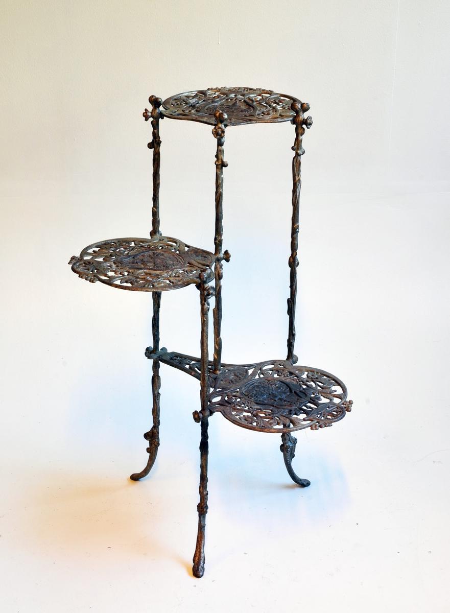 Pidestall i jugend - med 3 bordplater.