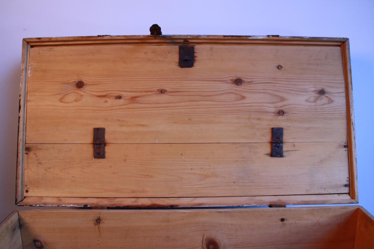 Svartmålt kiste med bua lok og metallbeslag. Har ein leddik utan lok. Hengsla bunn av loket som gir eit oppbevaringsrom. Spor etter kvitmåling under den svarte. Kjem frå rom 2 i Ausevika.