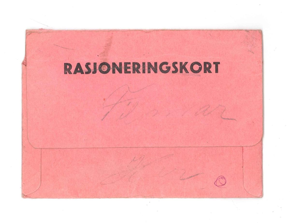 Rosa konvolutt i papp, til å oppbevare rasjoneringskort i. Den er limt saman. Det er krota litt med blyant og penn på begge sider.