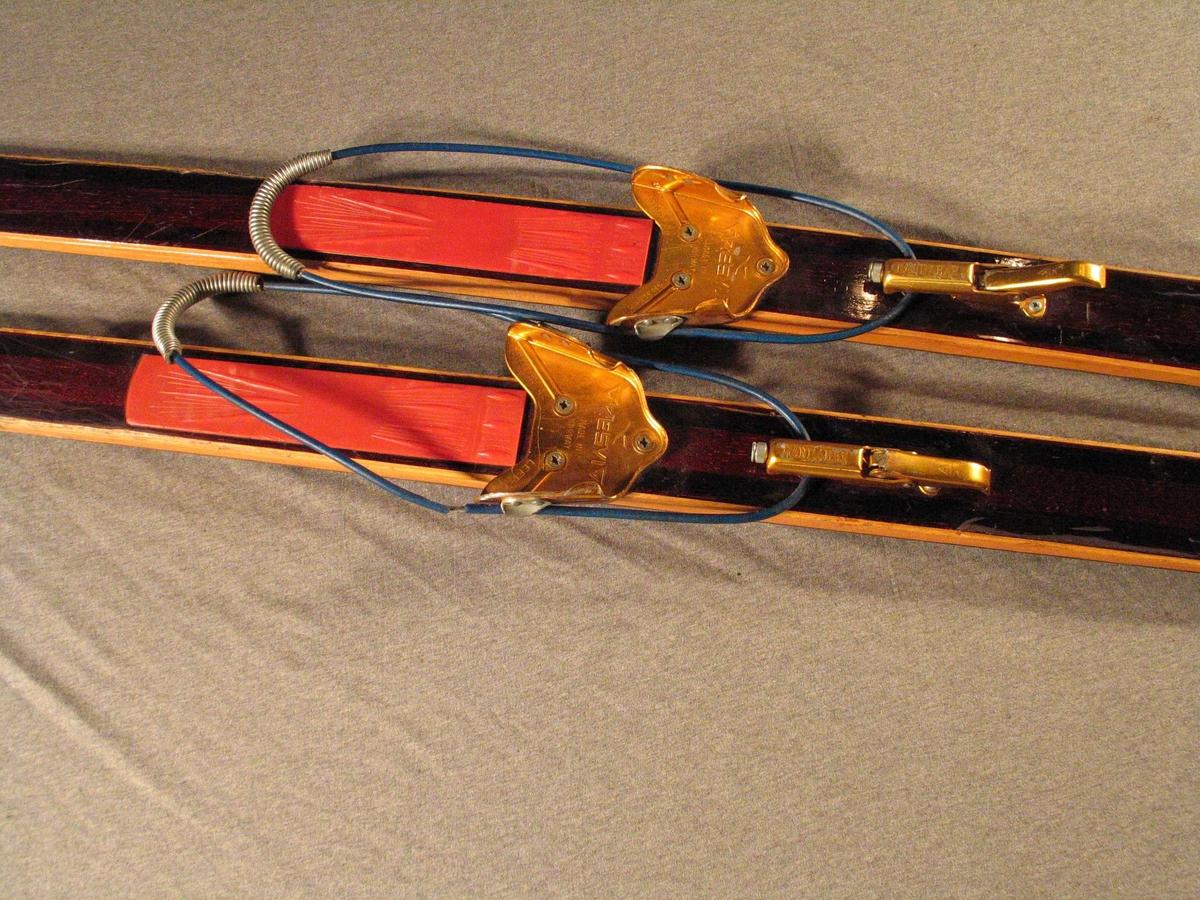 Fjellski med Gresvig-bindingar. Stålkantar. Plastsole for sko. Flat ovetrside, underside med ei sirkulær rand. Enkel skitupp, rett avskoren bakende med stålkant.
