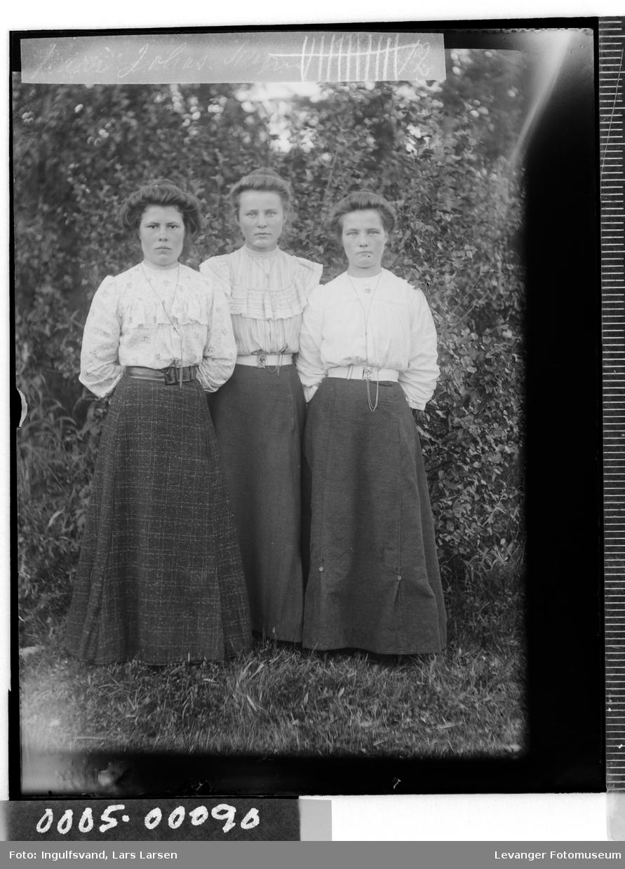 Portrett av tre unge kvinner.