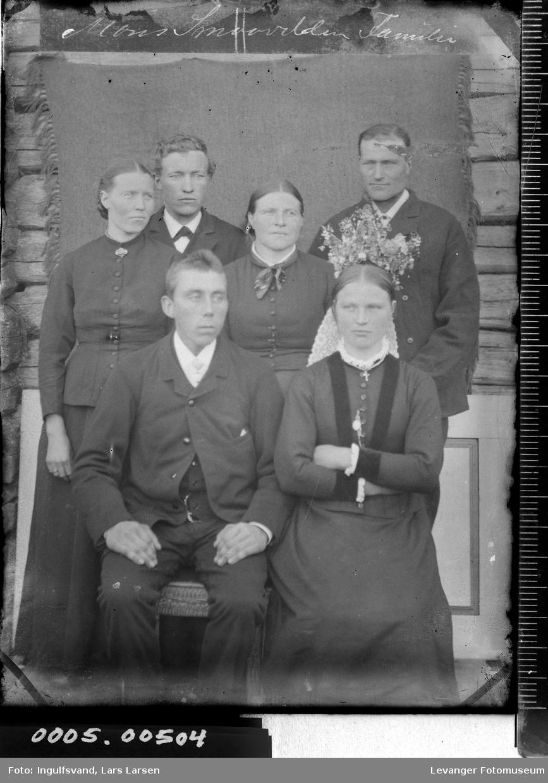 Gruppebilde på seks personer med brudepar.