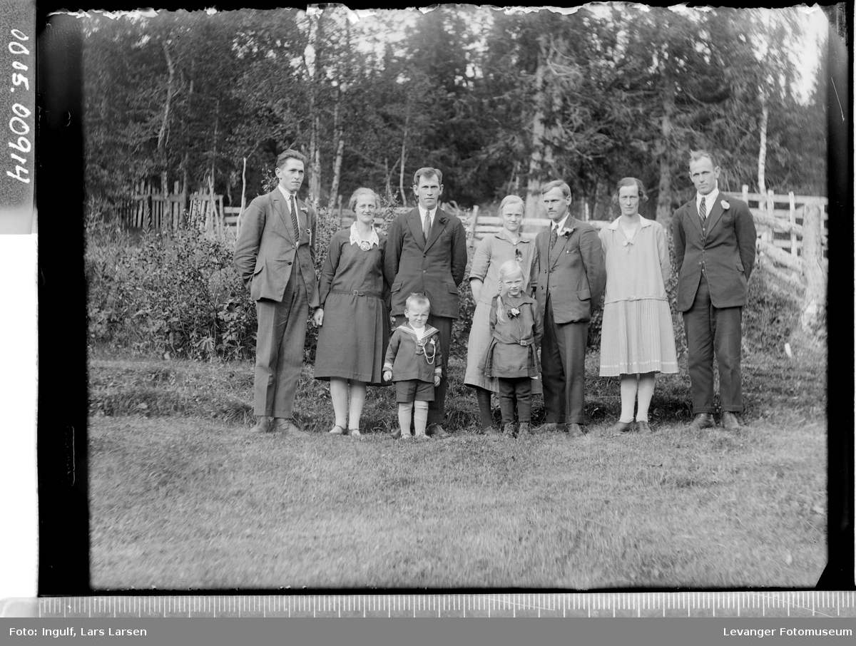 Gruppebilde av fire menn, tre kvinner og to barn.