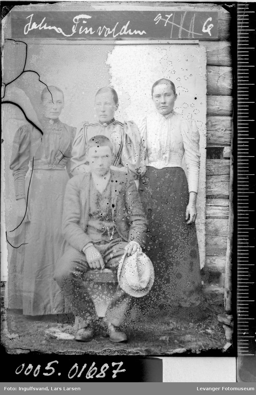 Gruppebilde av tre kvinner og en mann.