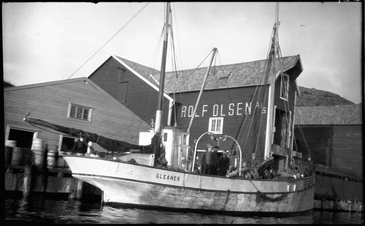 Mk Gleaner SF 133 A, bygd i 1878, eigd av Sivert H Halsøy m. fl, Bulandet, ved sjøhus eigd av Bergensfirmaet Rolf Olsen A/S, sannsynlegvis eit sildesalteri. Fartøyet vart kjøpt frå England og dei haldt på namnet.