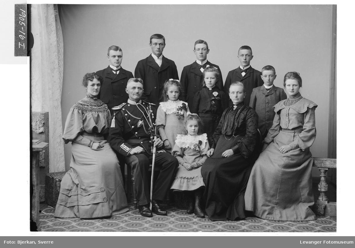 Paul og Oline Okkenhaug med ti barn.