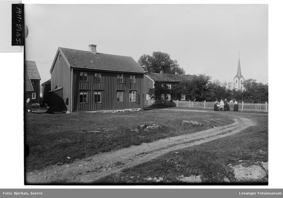 Ytterøens Prestegård med sogneprest Lassen og hans familie
