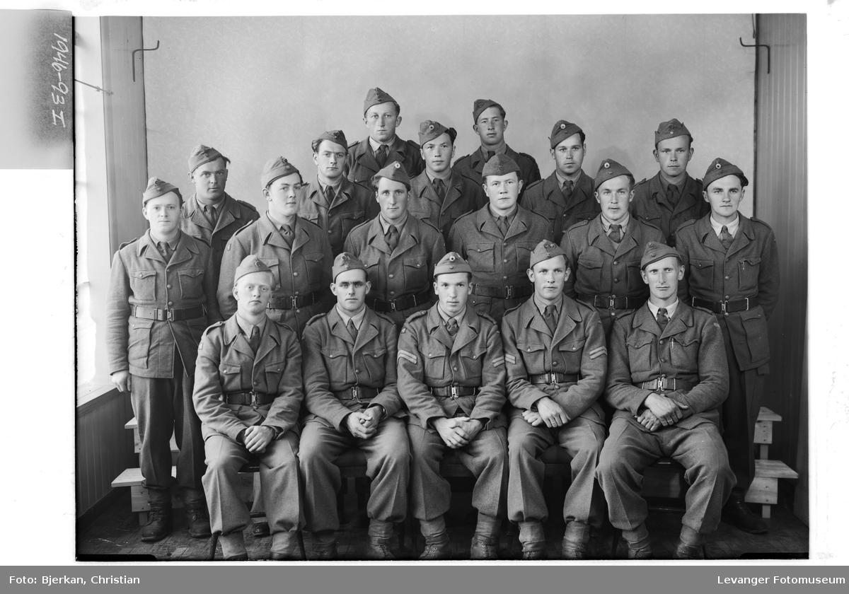 Dahl 6477 med flere i uniform på Rinnleiret