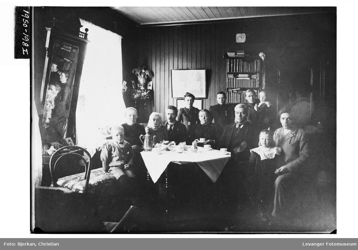 Familien Wold samlet i stua