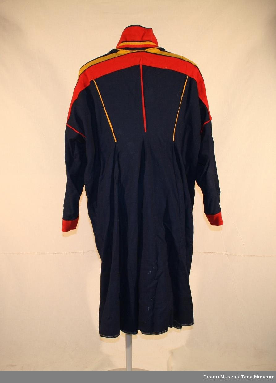 Stor mørkeblå herrekofte fra Tana. Rødt og gult pynteklede hals, skulder, ermer. Innsydd stor lomme på innsiden.